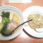 墨田 - B定食のラーメン&チャーハンセット・・・ラーメンは塩か醤油を選べます。中々の塩加減で旨い塩味、チャーハンは作り置きだが、量は一人前はあるので結構ボリュームタップリ(*^^)v