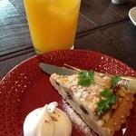 ティールーム マヒシャ - さつまいもとりんごのタルト(紅茶が苦手な為オレンジジュースにしてもらいました。氷がデカイ!!)ケーキ単品の注文はできないそうです(^^