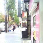 路地奥 なごみや - 入り口 付近。赤白のある縦長のが看板です。