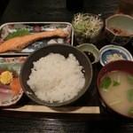 22733798 - 刺身・焼魚定食でございます