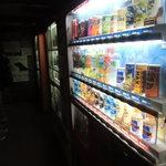22741150 - 飲み物は自動販売機で購入。