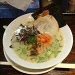 博多らーめん 権之助 - 白、麺の硬さ普通650円に紅生姜と高菜投入