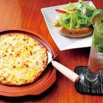 エルミタージュ - チーズたっぷりの「ミックスピザ」と、国産豚100%で無添加の「手作りソーセージ」、女性に人気の「バカルディモヒート」