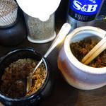 ラーメンばか馬 - 「ばか馬」卓上のコショウ・すりゴマ・ニンニクチップ・辛子高菜
