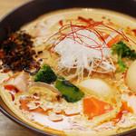 湖麺屋 リールカフェ - 山梨の名物料理『ほうとう』をイメージした限定ラーメン。数種類の味噌とスパイスをブレンドした味噌ダレに豆乳スープを合わせ、たっぷりの温野菜をトッピング。