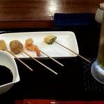 一酵や - 生ビールはプレモル(550円)そしてお通しは、串揚げでした。
