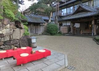 料亭菊水楼 - 中に入ると水紋が描かれた玉砂利になり野点になっています。