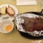22755246 - 黒毛和牛ハンバーグステーキ ビーフシチューソース、パン