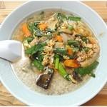 晴華 - ニラ玉麺 \700 ニラ野菜炒めのっけラーメン。これもまた油の海ナリ。