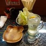 串カツの店 かつーん - かつーんセット(1,000円)のお通しキャベツとハイボール(単品450円)
