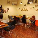 Shirogane-Table - テーブル席16名分、カウンター席3名分ございます。店内は禁煙です。