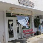 やまぐすく - 沖縄ではよくある食堂の外観。目印は赤いベンチ。