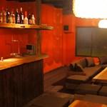 活海老バル orb Resort - 2Fはすべてソファー席。セルフドリンクカウンターでワイワイ♪靴を脱いでどうぞ!バーカウンター付きのお二階1室は、約8名~25名様までご予約制にてご利用いただけます。