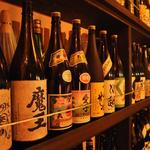 YAKITORI CLUB 和八 - 壁面には焼酎のボトルがずらり。