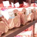 焼肉グレート - 新鮮な肉がずらりと並んだショーケース!