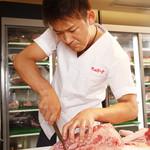焼肉グレート - 熟練の職人が肉の旨みを最大限にする為、心をこめてカットします!