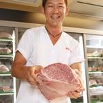 焼肉グレート - 当店では不必要にメニューの数をあえて増やさず、使いきりモットーの鮮度重視でご提供します。お寿司屋さん同様、その日のネタを明るいショーケースに入れ、お客様は目で見て信用性の高いお肉を選ぶことが可能です。