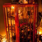 ザバーアルカサル - 店内に散りばめられた『アンティーク』と『ノベルティ』の数々も空間を彩る。