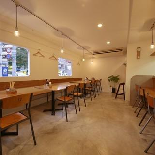 カフェレストランのような店内でうどんをゆったりと楽しめる♪