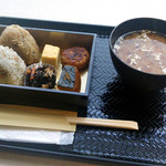 おむすび「結」代官山 - ランチボックス600円。好きなおにぎり2個と惣菜4品です。200円の豚汁を追加しました。