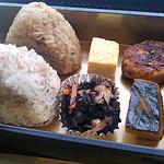 おむすび「結」代官山 - おにぎりは、鶏五目とじゃこ?、のおにぎり。惣菜は玉子焼き・ひじき・鰯のハンバーグ・南瓜の煮物。