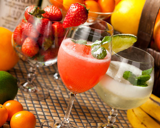 ザバーアルカサル - 人気の『旬のフレッシュフルーツ・カクテル』は常時8種類以上。