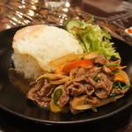 ガルーダ - タイ・ランチセット1050円牛肉のオイスター炒めと生春巻き