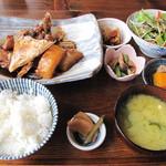 御飯屋  おはな - 本日の魚料理セット1,500円にしました。                             この日のメインは、ひらまさのあら炊きかカキフライから選べました。