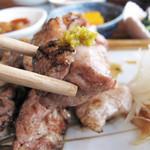 御飯屋  おはな - 食べやすい地鶏です。                             お好みで、自家製柚子胡椒を付けて頂きます。                             炭の風味も強すぎず、地鶏の味がよく分かります。