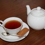 ならまち村 - 紅茶はポットでサービス。ビスケット付
