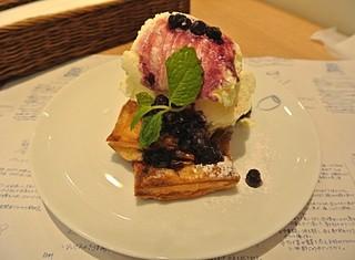 ゆとりの空間 大丸神戸店 - アップルパイ バニラアイスとブルーベリーソース添え