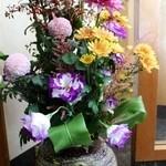 柚 - お店の入り口には綺麗なお花が飾られています。
