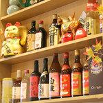 溢香園 - 棚には色んなお酒が並んでいます。
