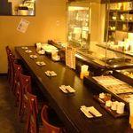 ひな鶏唐揚 新次郎 - 一人飲みも大歓迎のカウンター席。カウンターから見える迫力ある焼き場は必見です