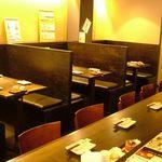 ひな鶏唐揚 新次郎 - 間仕切りがあるお席、テーブル席、カウンターの店内!どんなシーンでも合います!
