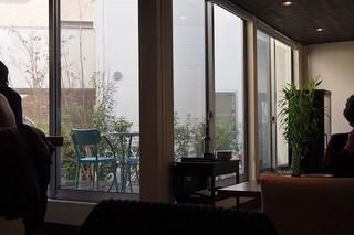 ビストロ イイダ - 広めのテーブル4人かけが四つ・・大きな窓の外