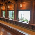 山の茶屋 楽水 - 内観写真:窓辺席からは遠浅の海岸を眺められます