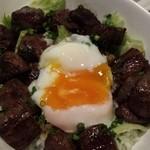 地酒と宮城のうまいもん処 斎太郎 - サイコロステーキ丼 温泉卵乗せ。