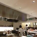 わらいや - 広くてピカピカの厨房。店内も広くてきれいです。