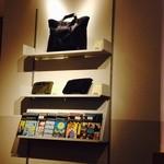 モノクル カフェ - 店内では『モノクル』をみることが可能、モノクルショップの商品も一部販売!