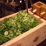 葱や平吉 - optio A30で撮影。枡に山盛りの九条葱。