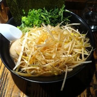 石川家 大宮店 - 大宮駅東口の石川家で昼食。チャーシューメンに千切りネギと半熟煮玉子をつけた。