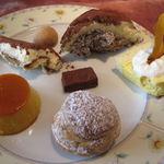 レストラン プログレ ヨコヤマ - ティラミス(左上) クッキーアラビアータ(唐辛子のクッキー)(上段中央) ズコット(右上) 小豆の生チョコ(中央) カボチャのレアチーズケーキ(中段右) かぼちゃのプリン(左下) シュークリーム