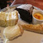 レストラン プログレ ヨコヤマ - メロンのショートケーキ(左上) ガトークラシック(上段中央) クレームブリュレ(右上) 洋ナシのタルト(左下) アマンディーヌ(右下)