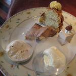 レストラン プログレ ヨコヤマ - クランツクーヘン(上) チョコレートのムースケーキ(中段左) マロンムースケーキ(中段右) 塩キャラメルアイス(左下) バニラアイス(右下)