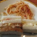 レストラン プログレ ヨコヤマ - •ポテトチップ(左上) トマトソースのスパゲティ(右上) サンドウイッチ(3種)(下)