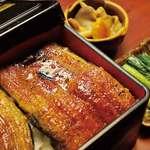 観光荘 - 料理写真:肉厚の鰻をじっくり蒸さずに炭火焼き。定番のうな重です。