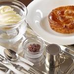 Kokage coffee - 手づくりの温かいデニッシュに、冷たいソフトクリームを添えて頂く一品♪