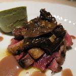 22813091 - 青首鴨の胸肉と腿肉のローストと内臓(砂肝、心臓、レバー)炒め、仏産のラルチーノ茸添え、赤ワインと杜松の実のソースで3