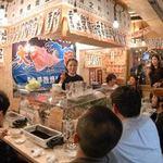浜焼酒場 魚○ - 活気のある店内